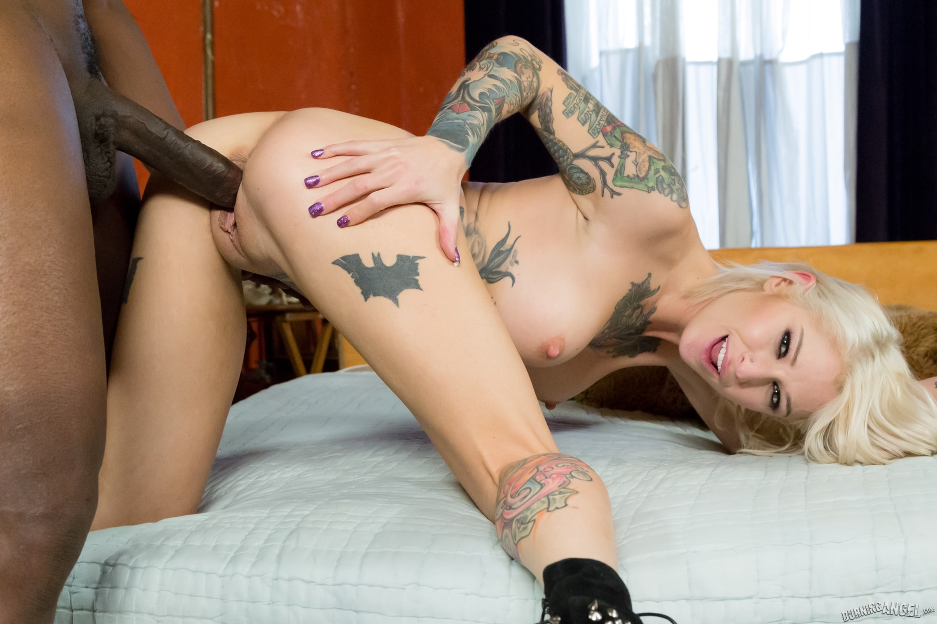 Черная порно актриса вся в тату, 20 знаменитых порно-актрис с татуировками - фото 2 фотография